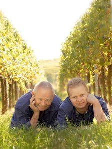 Männer im Weingut Raabe in Sankt Martin