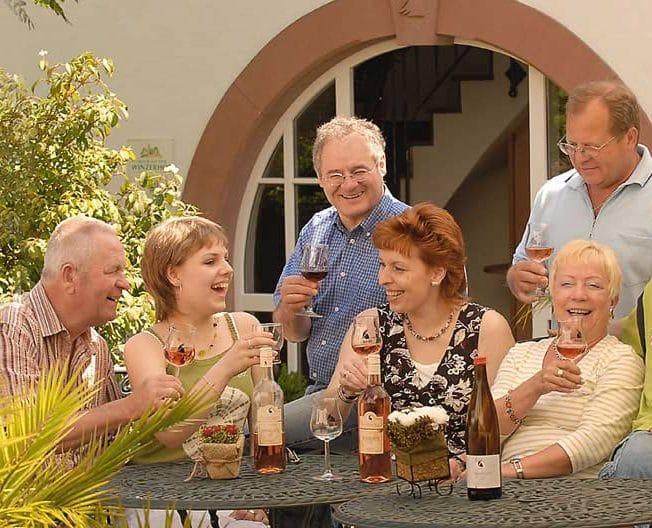 """Fröhliche Weinprobe im Weingut """"RAABE"""" in Sankt Martin"""