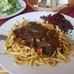 Hirschgulasch mit Spätzlen, Preiselbereen und Salat