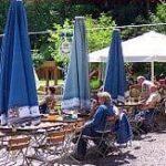 """Herrlicher Biergarten """"Paddelweiher-Hütte"""" mit Blick zum Weiher"""