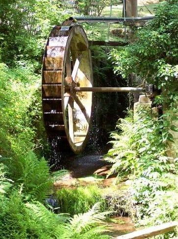 """Das Wasserrad gleich neben der Waldgaststätte """"Siegfriedschmiede"""" bei Edenkoben in der Pfalz."""