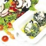 Spinatknödel mit Salbeibutter und Salat in der