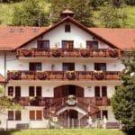 """Hotel und Restaurant, Terrasse """"Landhaus Sankt Laurentius"""" in Ramberg in der Pfalz"""