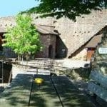 Ein gemütlicher Platz, der Burghof der Burgruine Landeck