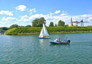 Das Rheinufer mit Hafen