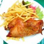 Knuspriges Hähnchen vom Grill mit Pommes im Biergarten & Hofmarkt