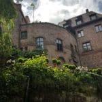 Burg Berwartstein - Blick vom Hof hinauf zur herrlichen Terrasse