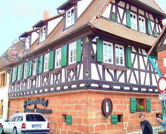 """Landgasthaus mit Gästezimmern, Weinstube """"Sankt Laurentiushof"""" in Birkweiler in der Pfalz"""