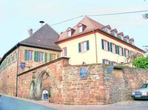 """Historische Winzergaststätte, Gartenterrasse """"Grafen von der Leyen"""" in Burrweiler in der Pfalz"""