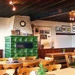 Der Gastraum der Madenburgschänke mit Kachelofen