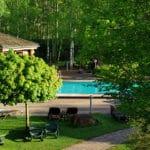 Der himmlische Saunagarten mit Birkenwäldchen & Swimmingpool der Saunawelt im Dahner Felsland-Badeparadies inmitten des Pfälzerwalds