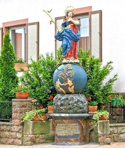 Heiligenstatue in Hainfeld in der Pfalz