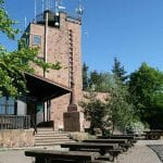 Die (Große) Kalmit  mit Aussichtsturm und Rasthütte bei Maikammer in der Pfalz