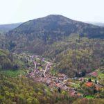 Annweiler-Bindersbach in der Pfalz - Blick vom Trifels über Bindersbach zum Rehberg
