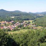 Blick von Burg Bewartstein über Erlenbach bei Dahn auf den Fels Buhlsteinpfeiler