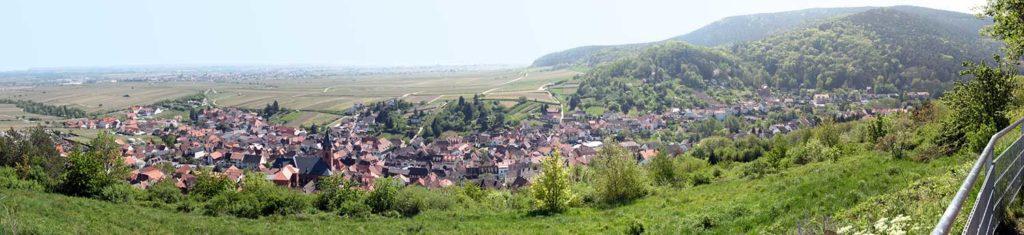 Der Blick über Sankt Martin und die Rheinebene