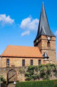 Die von Türmen und Mauern umgebene Wehrkirche in Dörrenbach stammt in ihren ältesten Teilen aus der Zeit um 1300.
