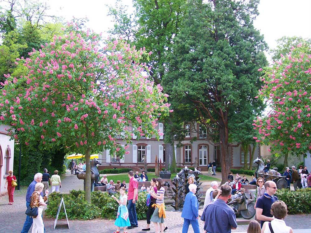 Herxheim bei Landau in der Pfalz - Villa Wieser mit Dorfbrunnen