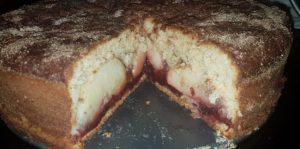 Mit Sahne schmeckt der Hefe-Apfel-Kirschkuchen sehr lecker!