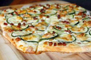 Flammkcuhen mit Zucchini und Speck