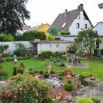 Der gepflegte Garten mit Liegen und Grillplatz - Ferienhaus Marianne in Zeiskam in der Pfalz
