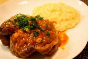 Ossobuco alla milanese: Ein typisches Gericht der Po-Ebene - Rezept. Foto: Naotake Murayama