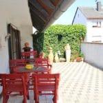 Terrasse mit Gartenmöbeln im Ferienhaus Marianne in Zeiskam