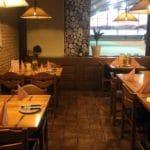 """Gastraum mit Blick auf die Tennisplätze im italienischen Restaurant, Pizzeria """"Sportpark Dahn"""" in der Pfalz"""