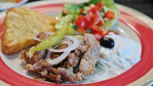 Griechisches Gyros mit Tzatziki, Oliven und Pepperoni