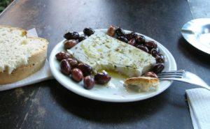 """Griechischer Schafskäse (Feta) mit Oliven und Brot - Foto: """"Frente"""""""