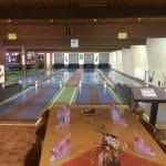 """Sitzplätze mit Blick auf die Kegel- und Bowlingbahnen im """"Sportpark Dahn"""" in der Pfalz"""
