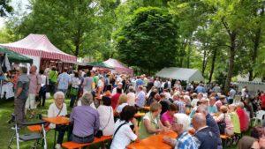 Feierlaune auf dem Erdbeermarkt in Herxheim