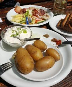 Pfälzer Vesperteller. weißer Käse mit Pellkartoffeln