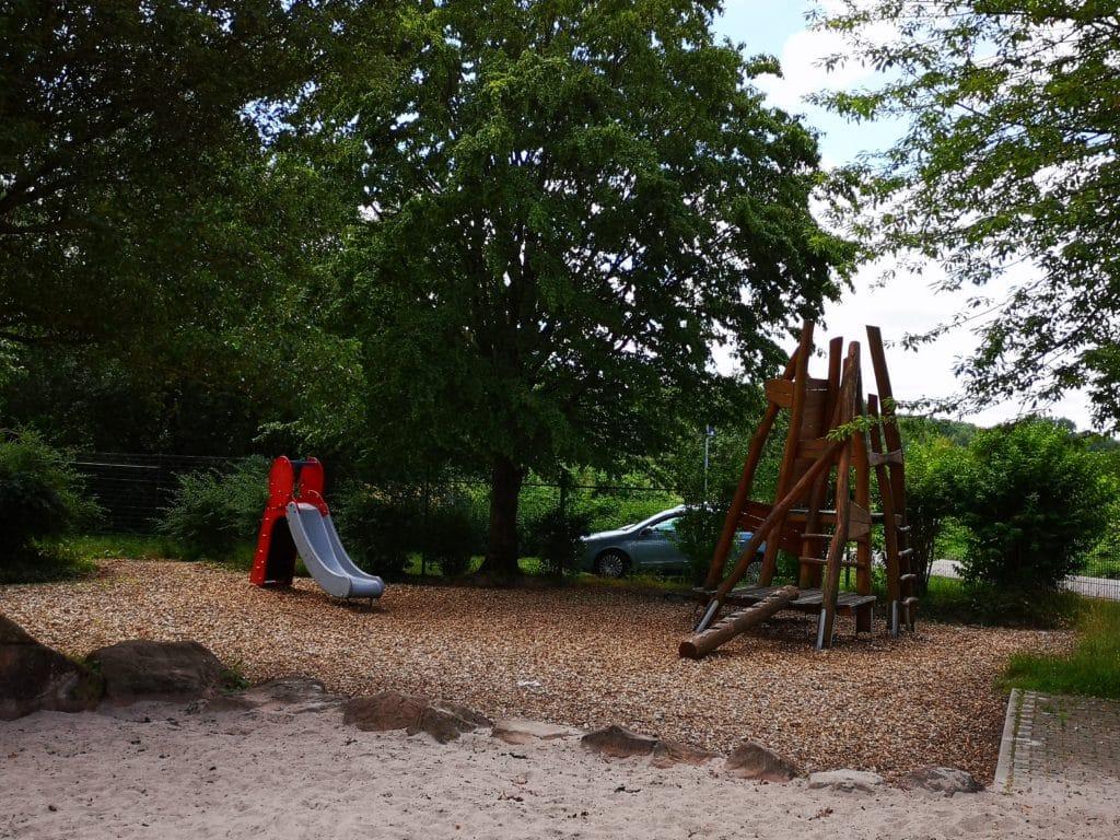 """Spielplatz mit Kletterturm bei der """"Turnerstube"""" in Maximiliansau in der Pfalz"""