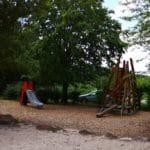 Spielplatz mit Kletterturm bei der