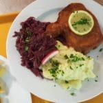 Schnitzel mit Kartoffelbrei und Rotkraut – Gräfensteinhütte in Merzalben