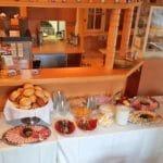 """Frühstücksbuffet der """"Burgschänke an der Kropsburg"""" in Sankt Martin"""