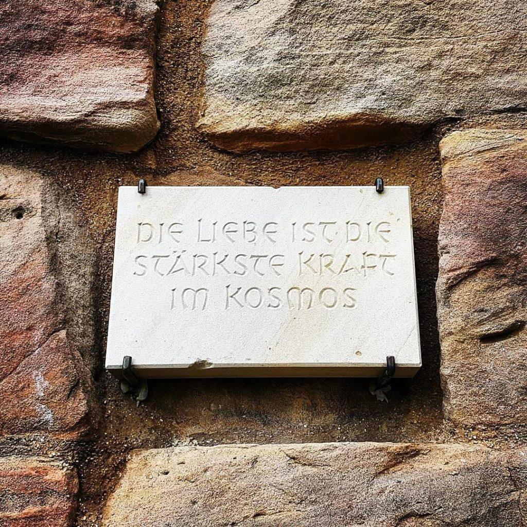 Die Liebe ist die stärkste Kraft im Kosmos- Inschrift an der Wachtenburg