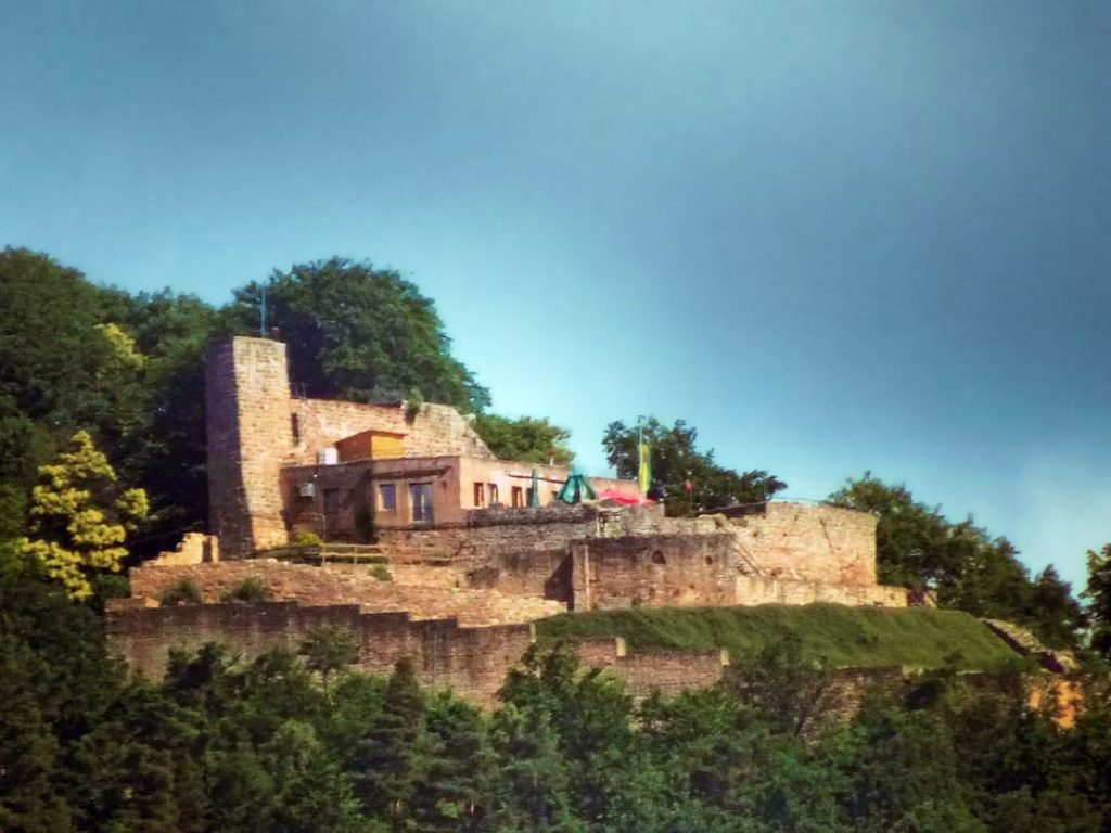 Ruine Rietburg mit Burgschänke, Höhengaststätte über Rhodt in der Pfalz