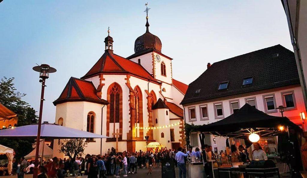 Die Simultankirche St. Georg beim Burg- und Weinfest Wachenheim an der Weinstraße