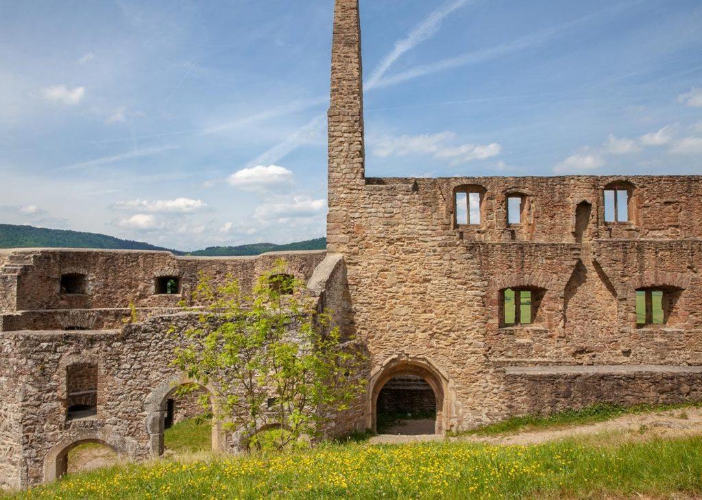 Höhenburgruine Michelsburg über Haschbach am Remigiusberg in der Pfalz