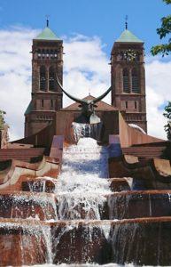 Die Schlosstreppenanlage mit Stierskulptur und Wasserfall vor der Kirche Sankt Pirminius in Pirmasens
