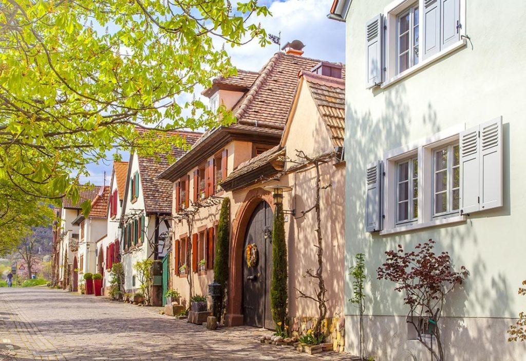 Die Theresienstraße in Rhodt unter Rietburg in der Pfalz