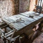 Burg Berwartstein - Ausstellung einer historischen Folterbank - Foto: Andreas Ott