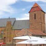 Katholische Pfarrkirche St. Nikolaus in Neuleiningen - Blick von der Vorburg aus