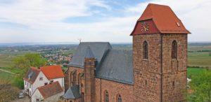 Katholische Pfarrkirche St. Nikolaus in Neuleiningen - Blick vom Aussichtsturm der Burg aus
