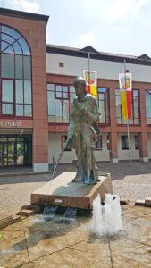Der Lederstrumpfbrunnen in Edenkoben in der Pfalz