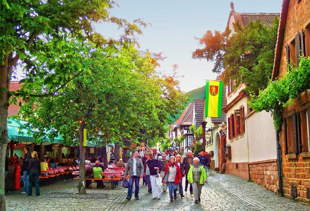 Theresienstraße Rhodt unter Rietburg - Heimat- und Blütenfest