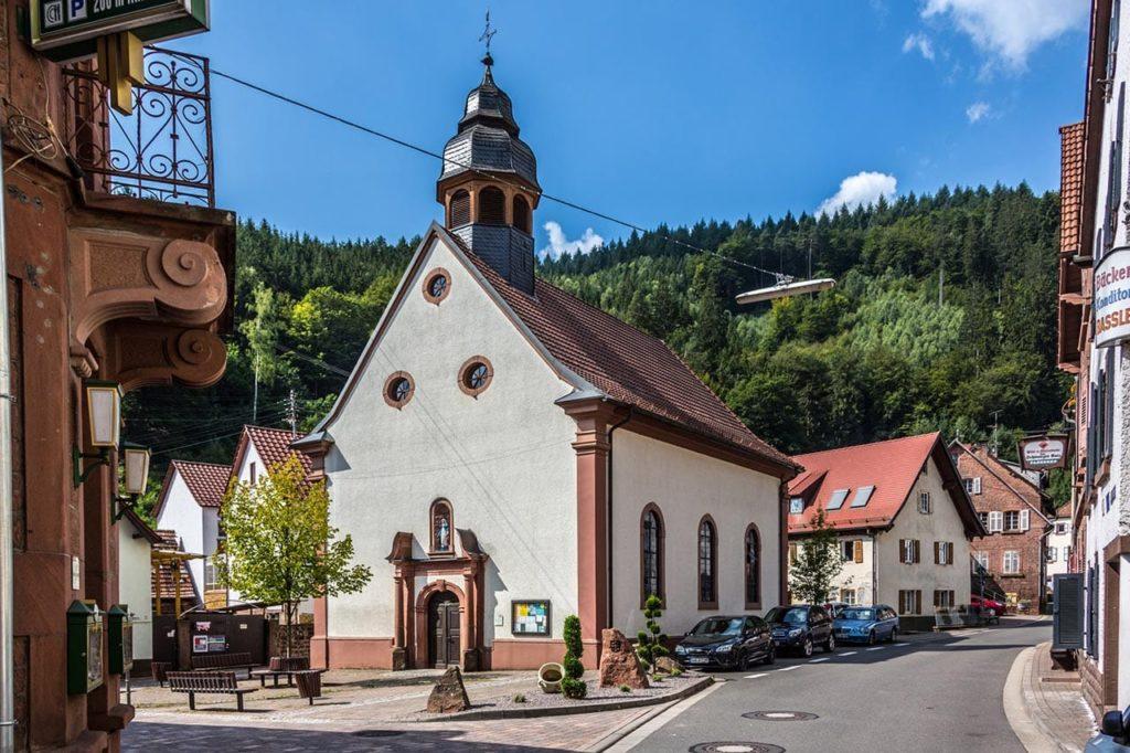 Die kleine katholische Pfarrkirche Mariä Heimsuchung in Elmstein in der Pfalz - Foto: Palatina Tourer