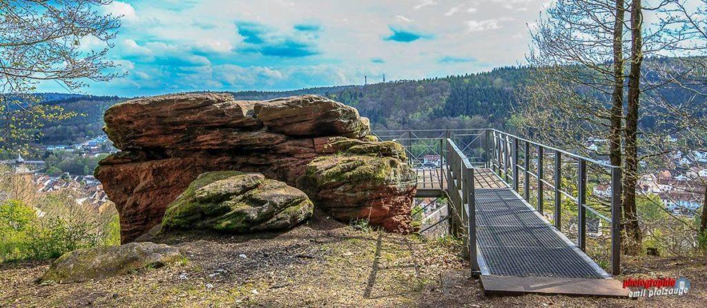 Die Kanzelaussichtsplattform auf dem Kanzelfelsen mit Blick über Rodalben